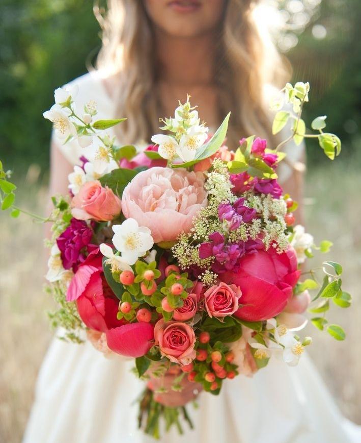 000c0cfdf 3. Krásna kombinácia záhradných pivoniek, ruží, pajazmínu a divej mrkvy.